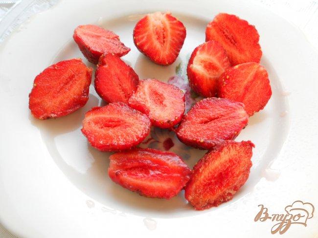 Фото приготовление рецепта: Салат из клубники и апельсинов шаг №2