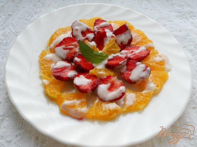 Фото приготовление рецепта: Салат из клубники и апельсинов шаг №4