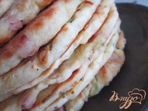 Лепешки с кусочками бекона, сыром и зеленым луком