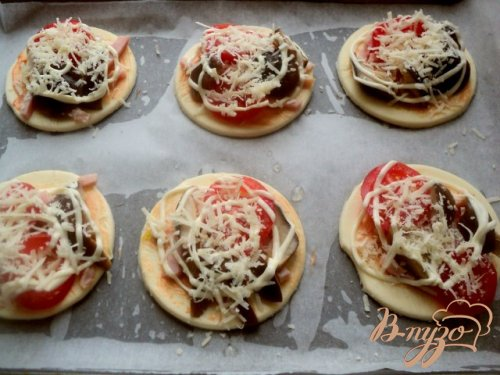 Мини-пицца с грибами и ветчиной