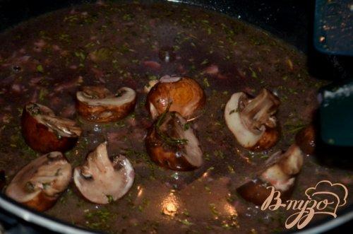 Стейк с грибами и с красным винным соусом