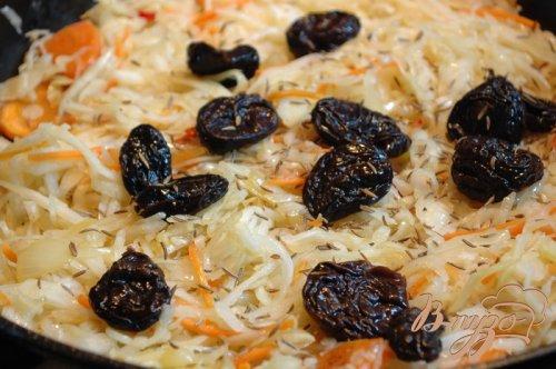 Утка по-деревенски с квашеной капустой, черносливом и тмином