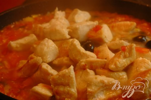 Куриное филе, тушеное с овощами и маслинами