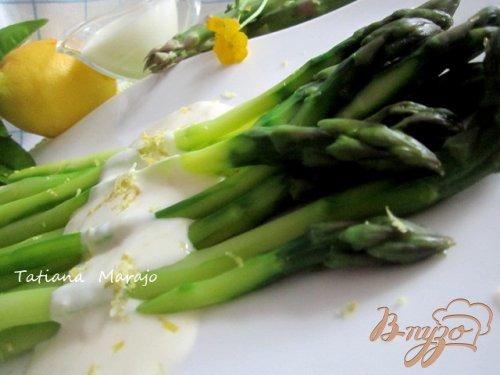 Зеленая спаржа с лимонным соусом