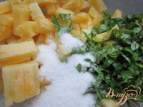 Ананасовый десерт с базиликом