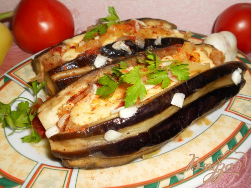 Баклажаны фаршированные овощами и сыром