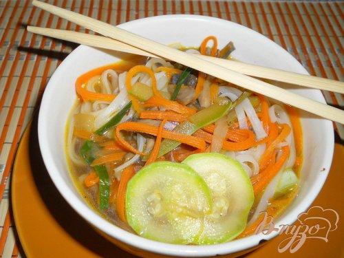 Суп в японском стиле с рисовой лапшой