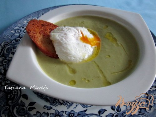 Спаржевый суп с гренками и яйцом пашот