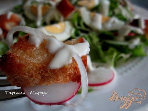 Овощной салат с сухариками и сырным соусом