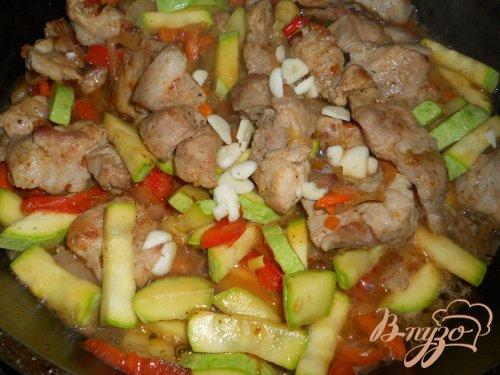 Свинина жаренная с овощами