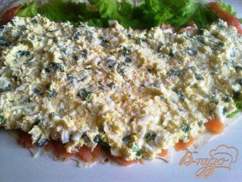 Лаваш с семгой и сырным салатом.