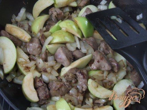 Куриные печенки с яблоками