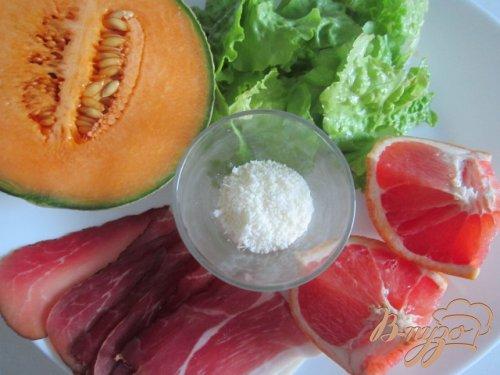 Летняя закуска с кусочками дыни и сухой ветчиной