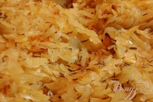 Кислая капуста, тушенная с колбасками и тмином