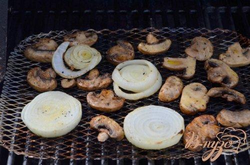 Рибай стейк с грибами и луком