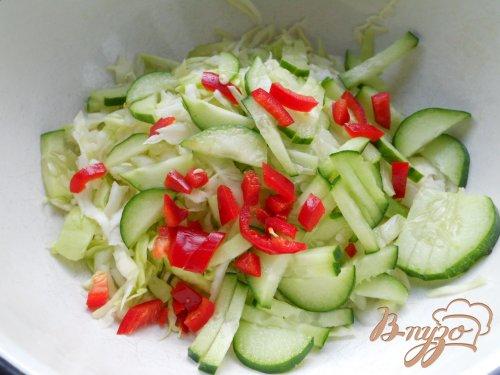 Салат из молодой капусты с сыром и оливками
