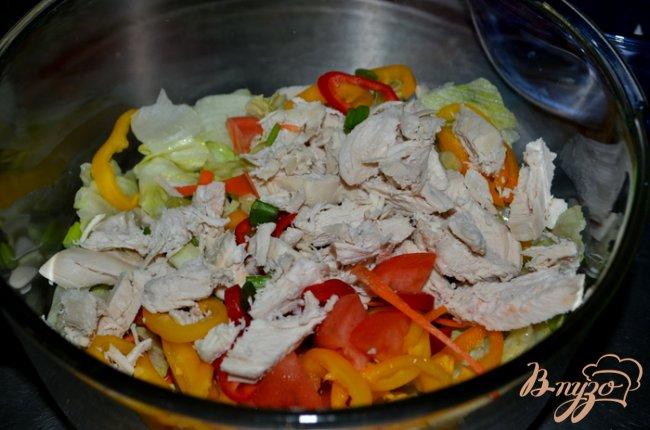 Фото приготовление рецепта: Куриный салат с сыром фета и овощами шаг №1