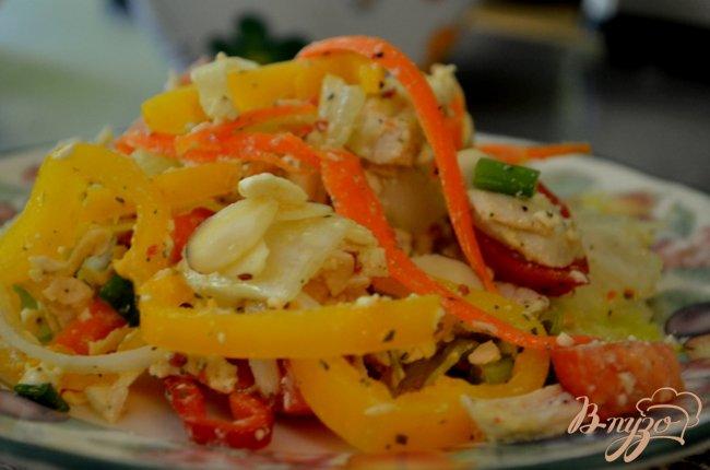 Фото приготовление рецепта: Куриный салат с сыром фета и овощами шаг №4