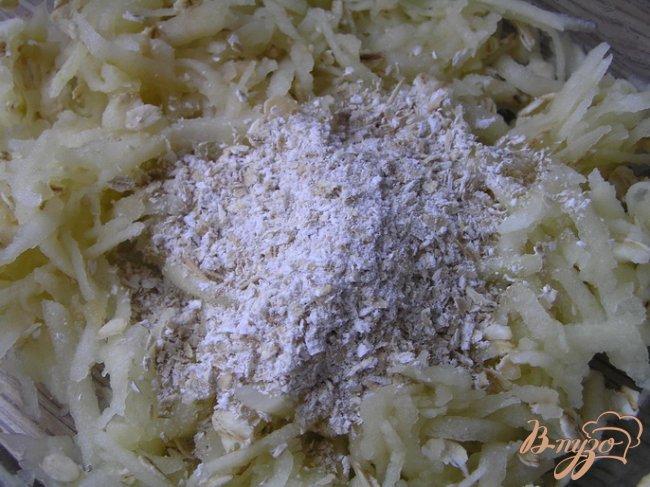 Фото приготовление рецепта: Лимонно-яблочные оладьи без муки и сахара шаг №2