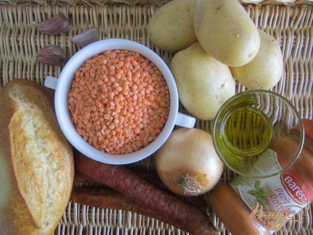 Фото приготовление рецепта: Чечевичный суп с сухариками и копчеными колбасками шаг №1