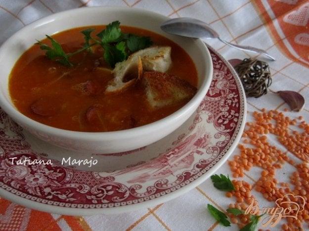 фото рецепта: Чечевичный суп с сухариками и копчеными колбасками