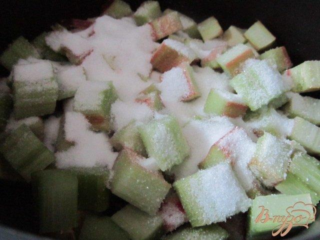 Фото приготовление рецепта: Творожный десерт с ревенем и кусочками банана шаг №3