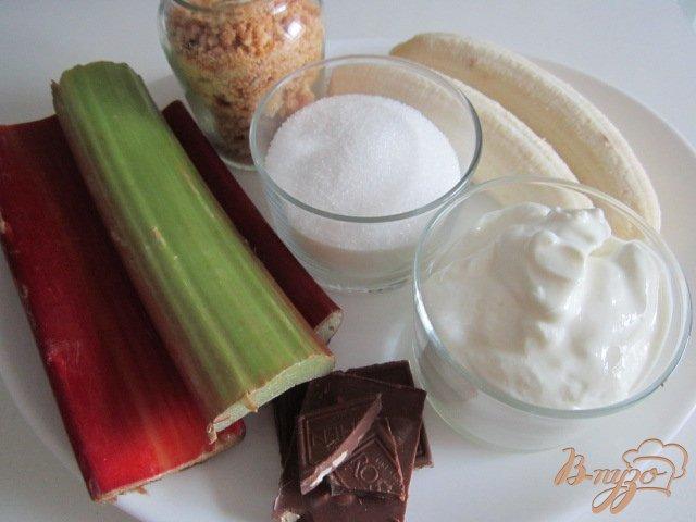 Фото приготовление рецепта: Творожный десерт с ревенем и кусочками банана шаг №1