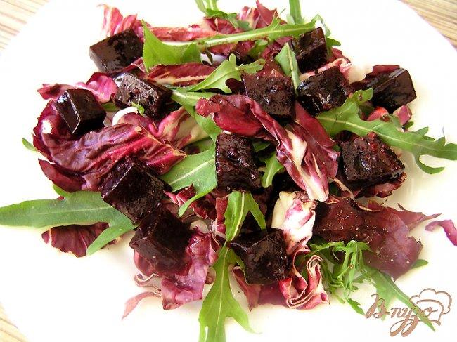 Фото приготовление рецепта: Салат с креветками и свекольным желе шаг №3