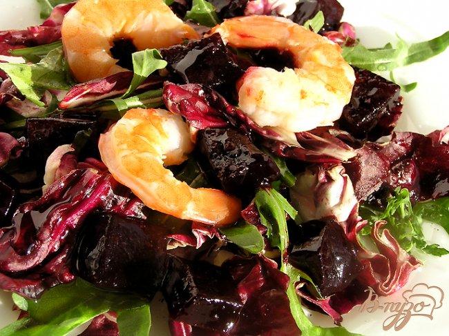 Фото приготовление рецепта: Салат с креветками и свекольным желе шаг №5