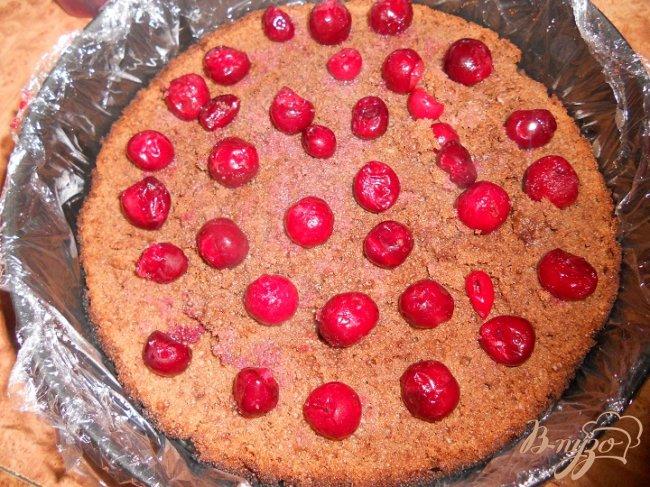 Фото приготовление рецепта: Шоколадный кухэ с вишневым кремом шаг №7