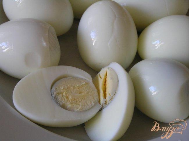 Фото приготовление рецепта: Закуска из яиц в красном соусе шаг №4