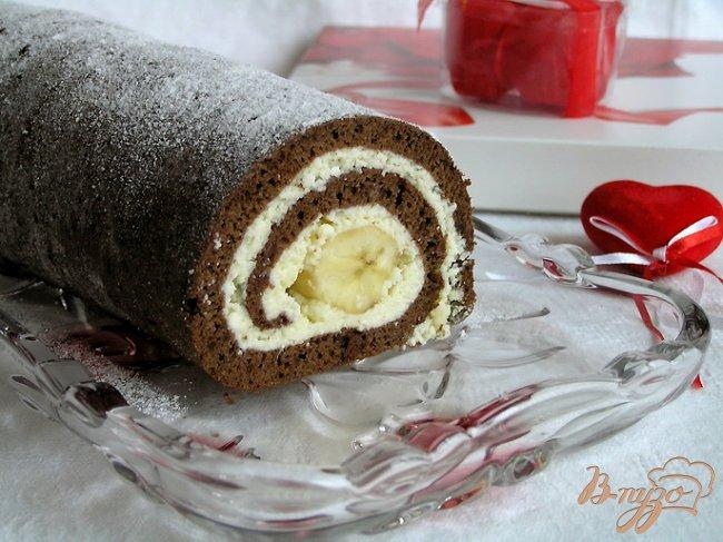 Фото приготовление рецепта: Шоколадный рулет с творожной начинкой и бананом шаг №11