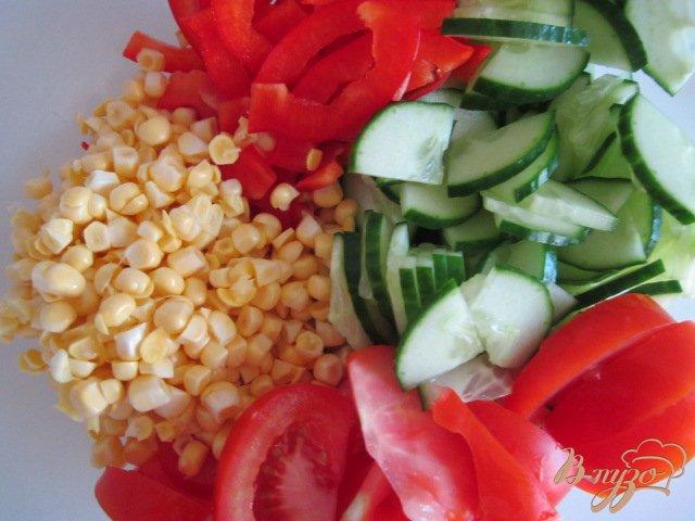 Фото приготовление рецепта: Овощной салат со свежей сладкой кукурузой шаг №5