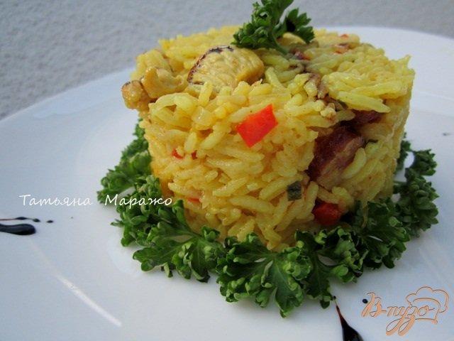 Фото приготовление рецепта: Рис с куриным мясом  и копчеными колбасками шаг №9
