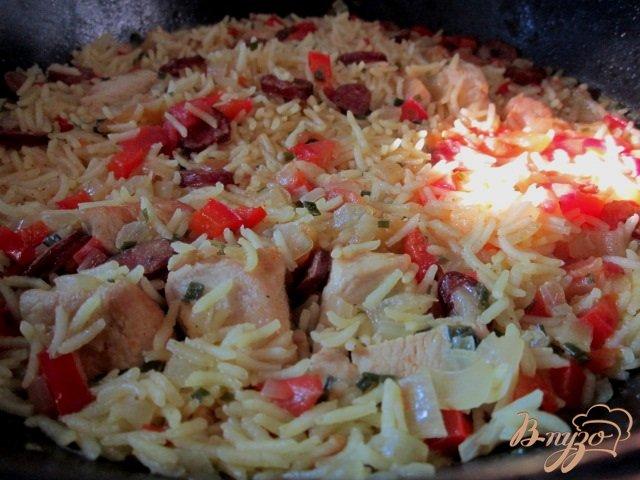 Фото приготовление рецепта: Рис с куриным мясом  и копчеными колбасками шаг №8