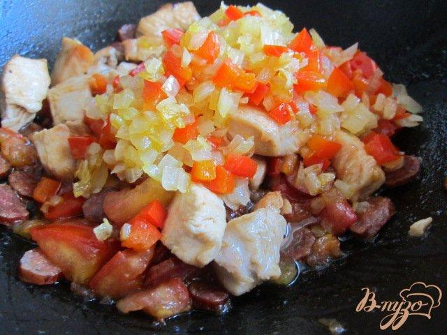 Фото приготовление рецепта: Рис с куриным мясом  и копчеными колбасками шаг №6