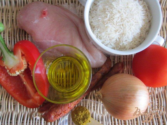 Фото приготовление рецепта: Рис с куриным мясом  и копчеными колбасками шаг №1