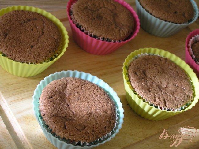 Фото приготовление рецепта: Шоколадные капкейки за 15 минут шаг №5