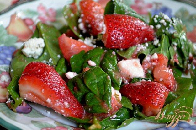 Рецепт Клубничный салат со шпинатом и сыром Фета.