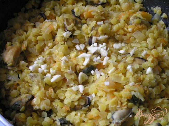 Фото приготовление рецепта: Шепардский пирог с желтой чечевицей и мидиями шаг №6