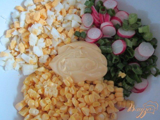 Фото приготовление рецепта: Кукурузный салат с яйцом и редисом шаг №5