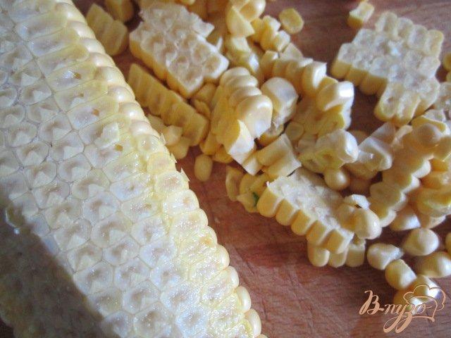 Фото приготовление рецепта: Кукурузный салат с яйцом и редисом шаг №4