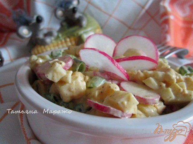 Фото приготовление рецепта: Кукурузный салат с яйцом и редисом шаг №6