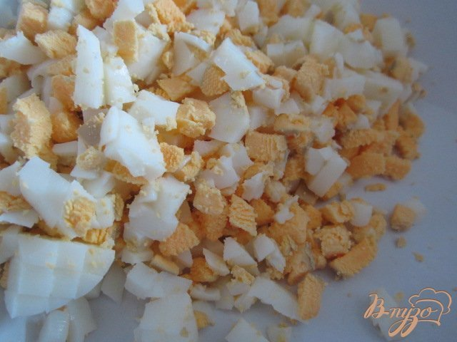 Фото приготовление рецепта: Кукурузный салат с яйцом и редисом шаг №2