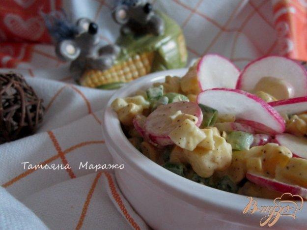 фото рецепта: Кукурузный салат с яйцом и редисом