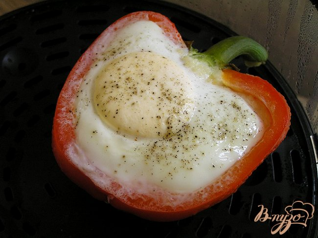 Фото приготовление рецепта: Яичница в перце с кускусом и зеленым горошком шаг №5