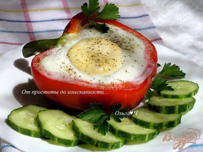 Фото приготовление рецепта: Яичница в перце с кускусом и зеленым горошком шаг №6