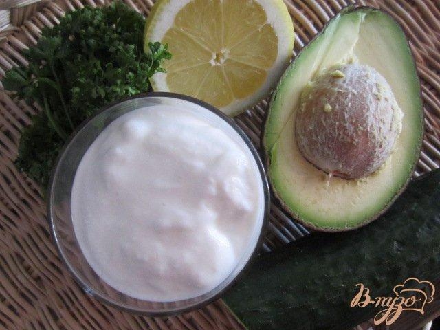 Фото приготовление рецепта: Холодный суп с огурцом и авокадо шаг №1