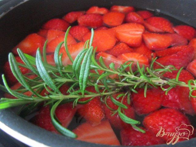 Фото приготовление рецепта: Холодный клубничный чай с розмарином шаг №3