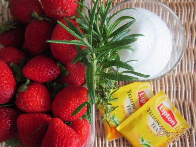 Фото приготовление рецепта: Холодный клубничный чай с розмарином шаг №1